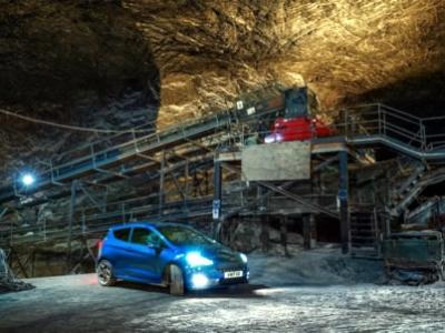 Ford Fiesta ST recorre carretera europea inédita.